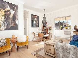 Bright Beachside Coogee Apartment