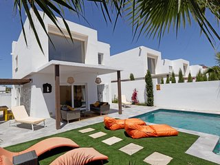 Luxury 3 bed Villa w/ private pool & only 550m to the beach