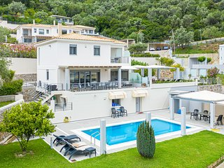 Super spacious Villa Amphitrite (sleeps 13 people). Pool, sea view, breakfast.