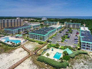 Gulf view condo w/balcony & shared pools/hot tub/gym-walk to beach
