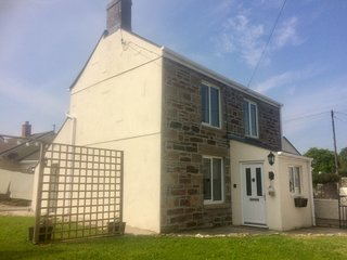 Cosy Cornish cottage.countryside village.near the coast. pet and child friendly.