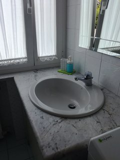 Lavandino in muratura con ampia finestra