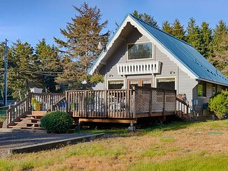 NEW home! Steps to beach, large deck, Pets OK, SeaShellA