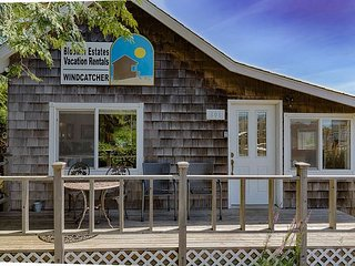 Cozy Beach Cabin!! Perfect Location, in town, 5 min to beach,PETS,WiFi (Wind)