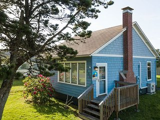 Cottage retreat!! Perfect Location, in town, near beach,fireplace,Pets (Sand)