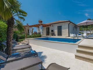 3 bedroom Villa with Pool, Air Con, WiFi and Walk to Shops - 5809786