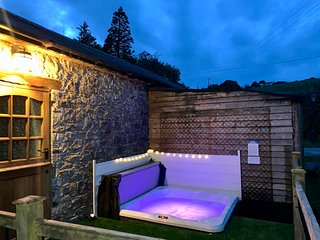 Cottage with hot tub close to Cardiff/Cowbridge, in stunning rural location