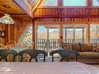*NEW LISTING* Cozy cabin with mountain views.Near golf course and hiking trails.