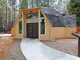 Octagon House in Tahoe with Hot Tub - 10 Minutes to Casinos/Heavenly
