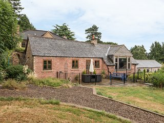 THE GARDENER'S COTTAGE, en-suite, flexible sleeping, beautiful views