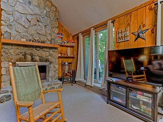 4BR Cranmore Birches- Cable, WiFi, Hot Tub on Deck! Near Storyland! AC!