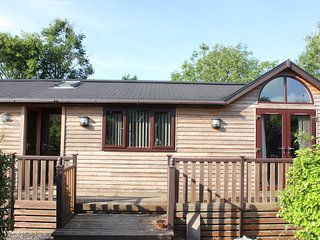Apple Tree Lodge with private hot tub & garden
