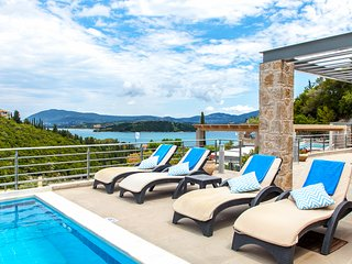 Awesomely smart choice for up to 4 travelers. Sea view, pool & breakfast.