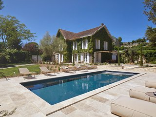 Luxury private villa in heart of Saint-Emilion town and vineyards