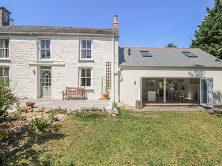 LITTLE CHYCOOSE, open fire, large garden, en-suite shower room, Falmouth and