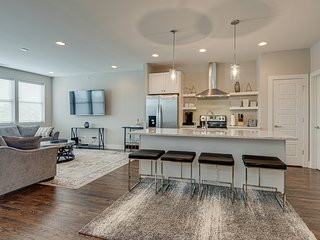 Sleek Townhouse with Rooftop | Walk to 12South