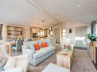 AMMONITE LODGE, 6 bedrooms, Runswick Bay