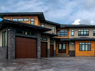 Mansion ! sleeps 16 + guest , close to YYC airport and downtown