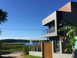 Casa moderna c/ linda Vista p/ Lagoa e ao lado da Praia - Lagoinhas Guest House