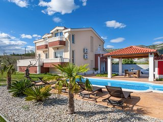 5 bedroom Villa with Pool, Air Con and WiFi - 5809875