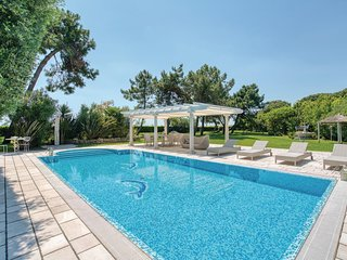 Awesome home in Albarella w/ WiFi, Outdoor swimming pool and 3 Bedrooms (IVK575)