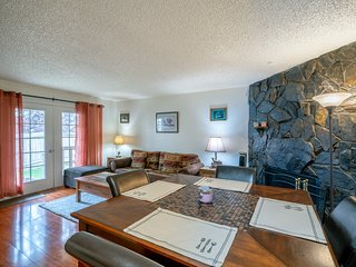 Polar Bear Den - Close to Airport centrally located with outdoor BBQ grill