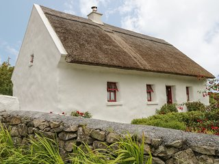 SPIDDAL THATCH COTTAGE, pet-friendly, multi-fuel stove, traditional cottage