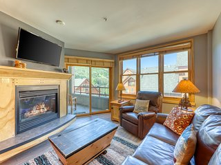 Bright condo w/ shared pool, 3 hot tubs, sauna, & mtn/ski views - near the lifts