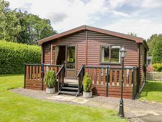 THE SPINNEY LODGE, pets welcome, romantic cottage, WiFi, large grounds, near