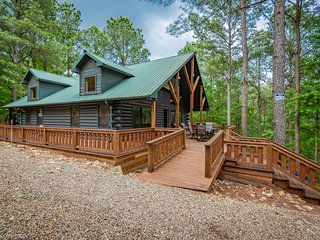 Serene Luxury cabin for Families/Couples! Mins from Lakes/Fun Activities