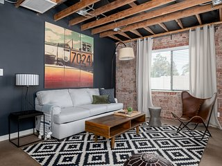 Chic 2BR Townhome in Central Phx by WanderJaunt