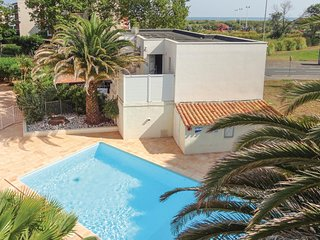 Beautiful apartment in Agde w/ Outdoor swimming pool, WiFi and 4 Bedrooms