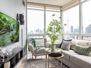 Stunning & Modern 2-Bedroom (CN Tower Views)