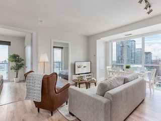 Spacious & Stylish 3-Bedroom Condo (Near Union Station)