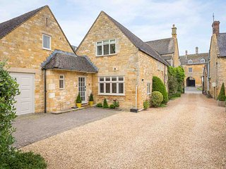 Devonshire Cottage is a spectacular property located in the heart of Broadway.