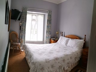Abbey Crest Guests - Double Ensuite Room 2 with View of Boyle Abbey