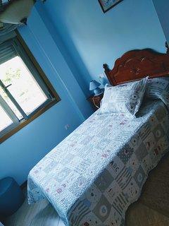 Habitación exterior y muy luminosa, con armario empotrado y cama de 1,05!