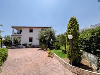 3 bedroom Apartment with Walk to Beach & Shops - 5809937