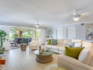 Spacious Beachside Family Condo, Sleeps 10, W/D, Beach Gear, Pool, Gourmet Kitch