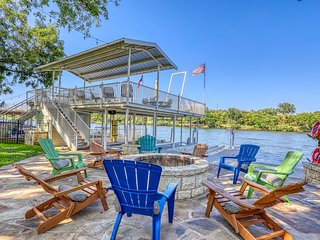 Luxury lakefront home w/private dock, firepit, 2 kayaks & game room