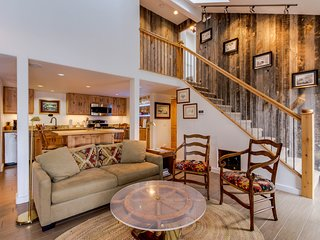 Mountain views, nearby skiing, and a shared hot tub await from this great condo