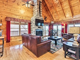 NEW-Luxury Pigeon Forge Lodge w/ Theater & Hot Tub