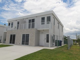BEAUTIFUL & LUXURIOUS 4/4 CORNER House by Zoo, Speedway, & 25 Min MIAMI Airport!