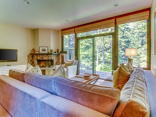 Colorful chalet  on riverfront w/shared pool & hot tub - close to ski slopes