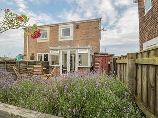 LAVENDER COTTAGE, semi-detached, conservatory, enclosed garden, in Beadnell