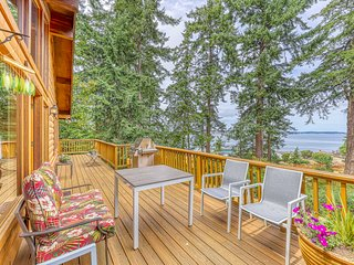 Northwest-style cabin with easy beach access and stunning views of the ocean!