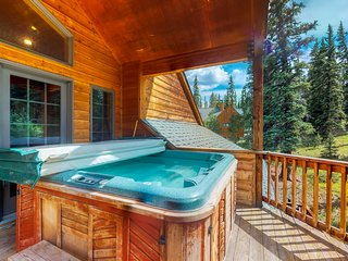 Large mountain home w/private hot tub, shared pool - near skiing/lake, 2 dogs OK
