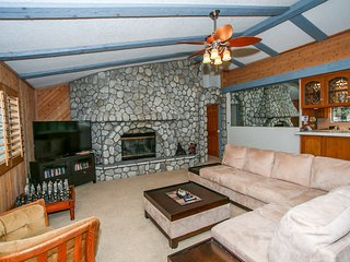 ~Bear Castle~Fully Furnished Central Modern Chalet~Minutes To All Activities~