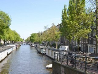 CANAL APARTMENT OVERLOOKING THE PRISENGRACHT