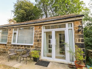 1A CHURCH VIEW, romantic, character holiday cottage in Menston, Ref 21138